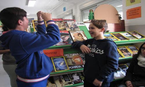 Alumnos del centro que participan en distintas actividades en la Biblioteca.